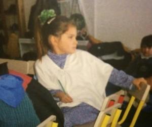 Kjo është Dhurata Ahmetaj në një prej fotove të fëmijërisë.