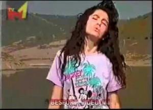 """Adelina Ismaili 14 vjeçare në videoklipin e  këngës së saj """"I din Meta punët e veta""""."""