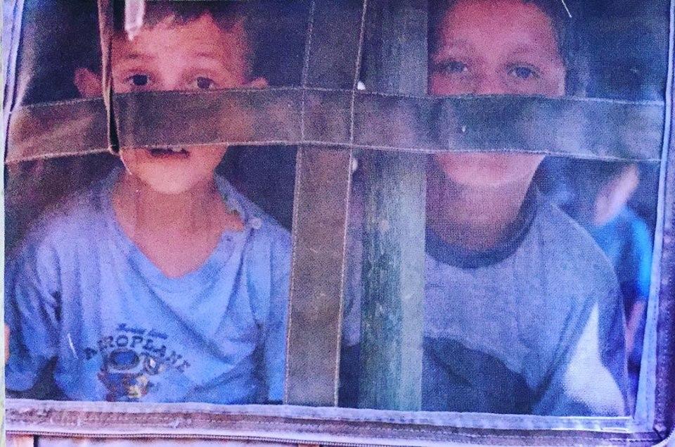 Dy fëmijë kosovarë në kampi e refugjatëve në Maqedoni 1999