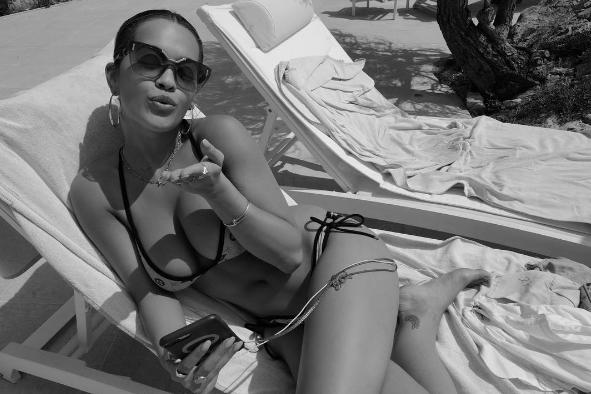 Rita Ora shfaqet tejet seksi nga plazhi i Kanës